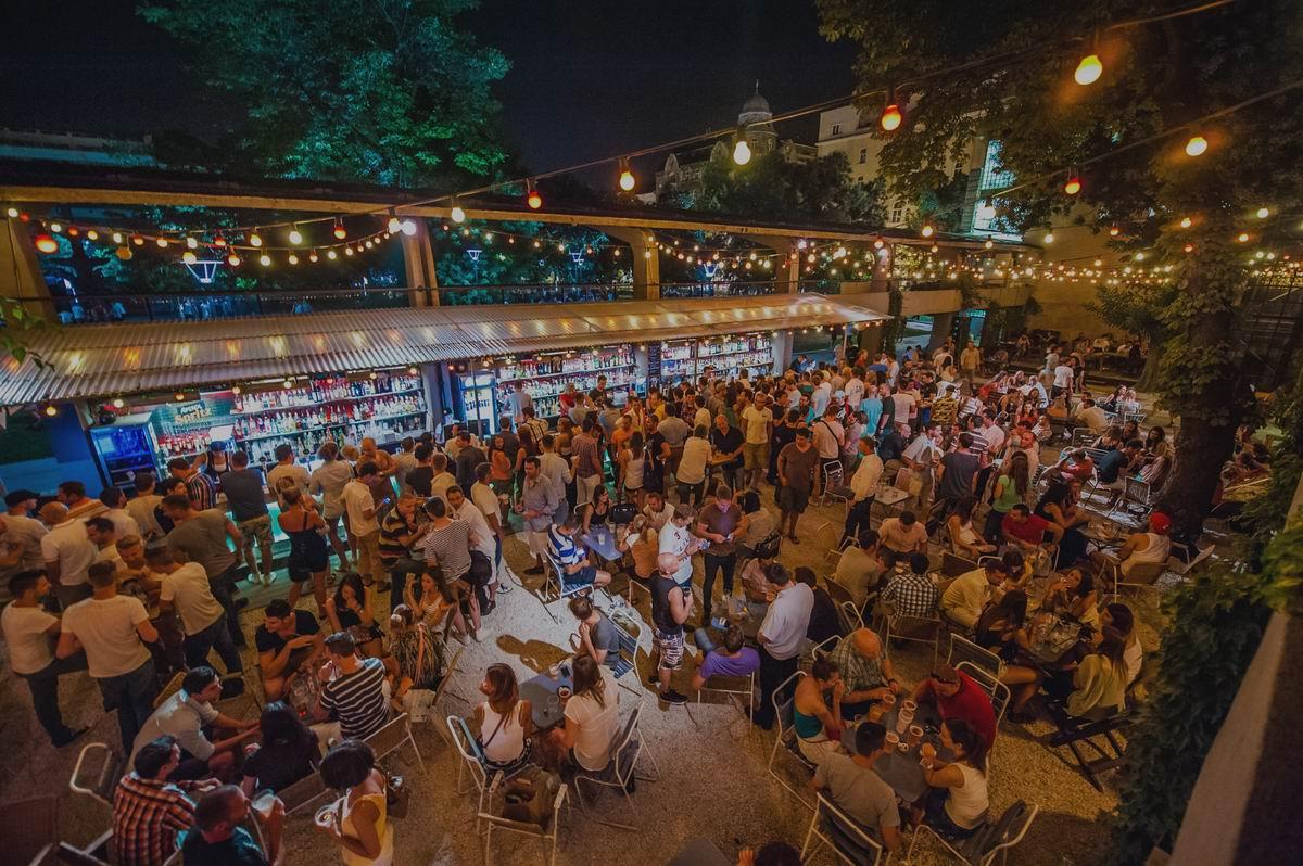 Fröcssterasz Ruin Bar Budapest