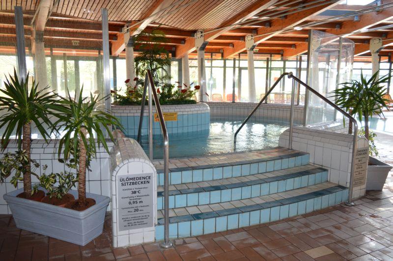 Pápai Várkertfürdő gyógyvizes medence