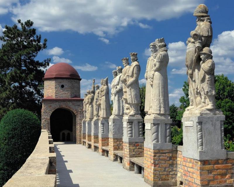 Bory-vár királyszobrok